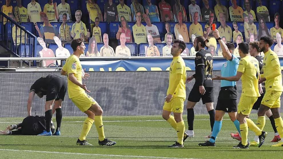 Momento de la expulsión de Trigueros tras la patada a Messi.