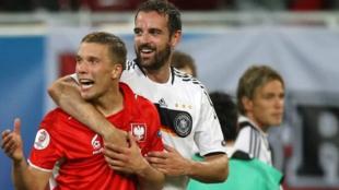 Podolski y Metzelder celebran juntos un triunfo de Alemania ante...
