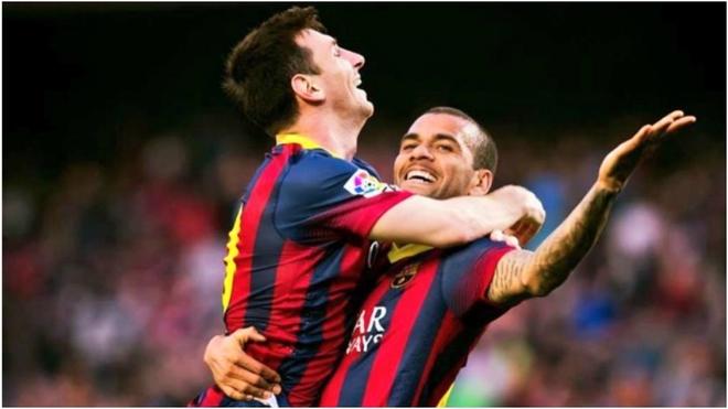 Messi y Dani Alves festejan un gol.