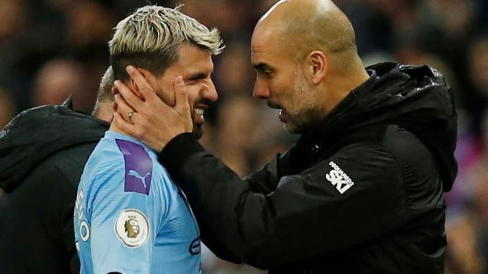 Guardiola junto a Agüero durante un partido del City.