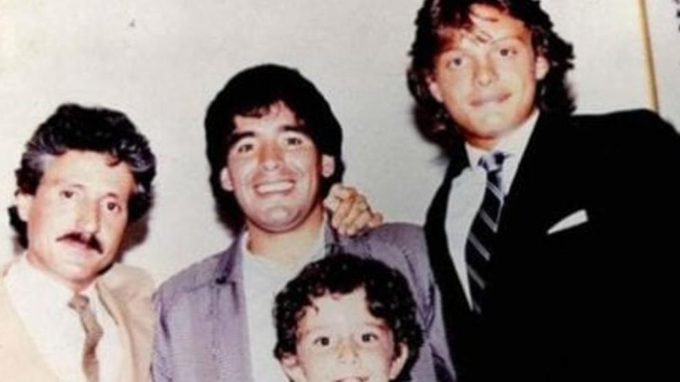 Maradona junto a Luis Miguel y otras personas.