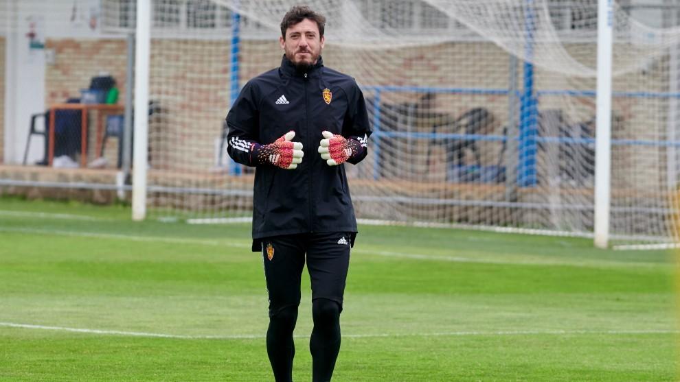 Cristian Álvarez en un entrenamiento del Zaragoza.