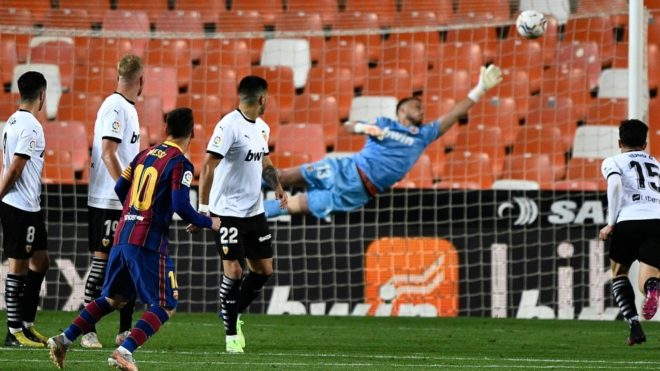 Leo Messi convirtió un golazo de tiro libre ante Valencia