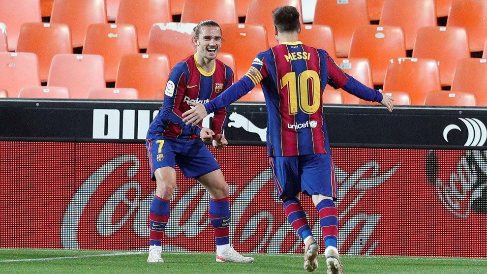 Messi y Griezmann celebran un gol ante el Valencia