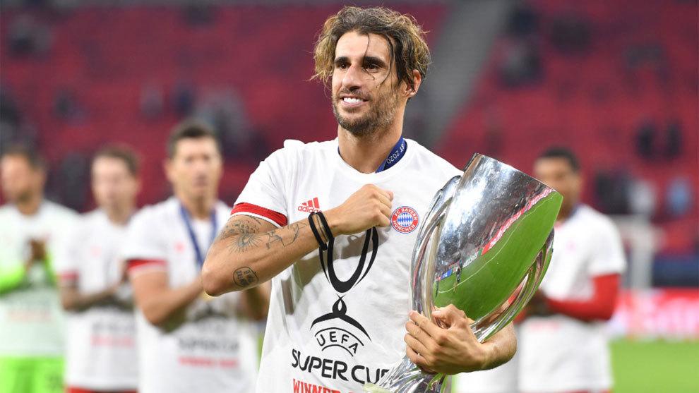 Javi Martínez, con el trofeo de la Supercopa de Europa