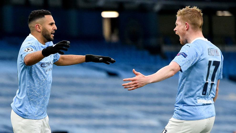 Mahrez se abraza con De Bruyne en uno de los goles del City /