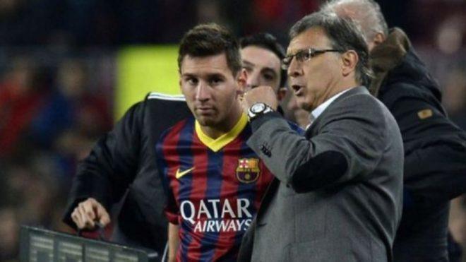 Tata Martino conversa con Messi en la banda