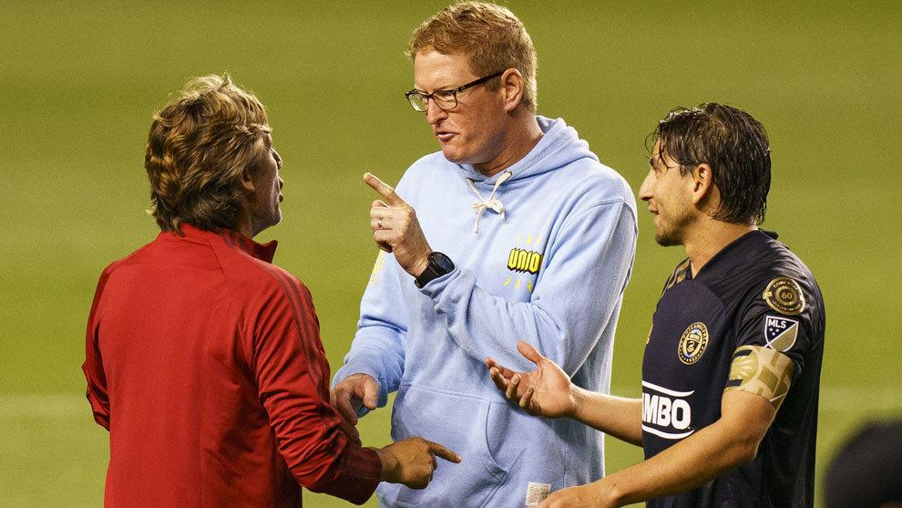 Jim Curtin discute con Heinze al final del partido