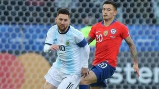 Leo Messi se escapa de Charles Aránguiz durante un Argentina vs...