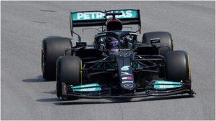 Hamilton 'pasea' con su Mercedes en el GP de España.