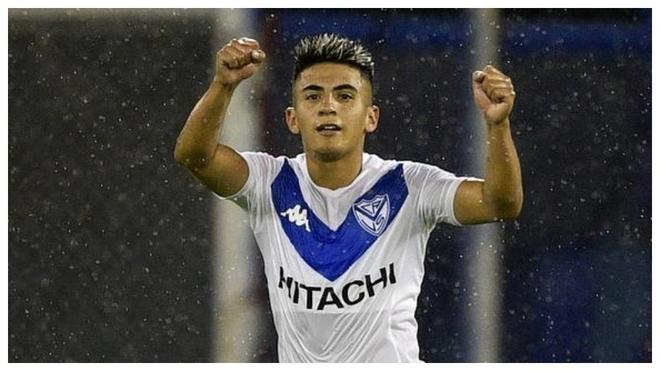 Almada festeja un gol con Vélez.