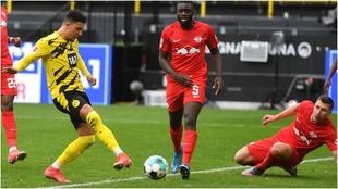 Sancho marca con la derecha uno de sus dos goles al RB Leipzig.