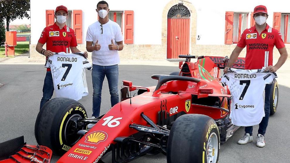 Cristiano Ronaldo visita Ferrari y posa con Carlos Sainz y Charles...