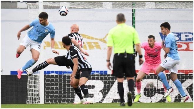 Ferran Torres ya sacó el taconazo que se convertirá en un lindo gol.