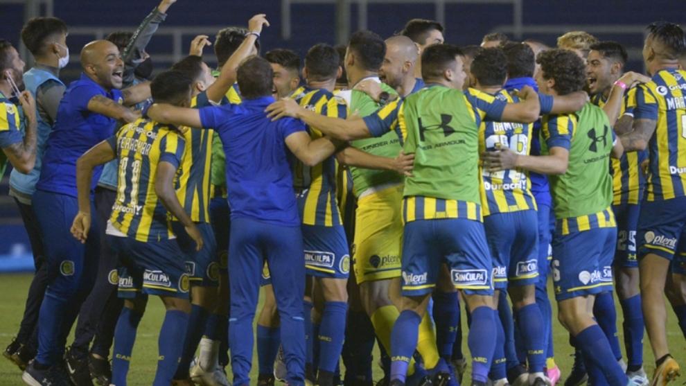 El equipo celebrando como local la victoria ante Newell's.