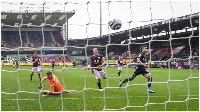 Rodrigo, a la derecha de la foto, festeja uno de sus dos goles.