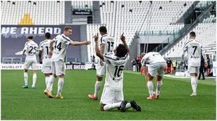 Cuadrado levanta sus manos al cielo tras marcar su primer gol.