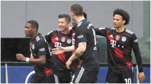 Lewandowski recibe el saludo de sus compañeros tras su gol al...