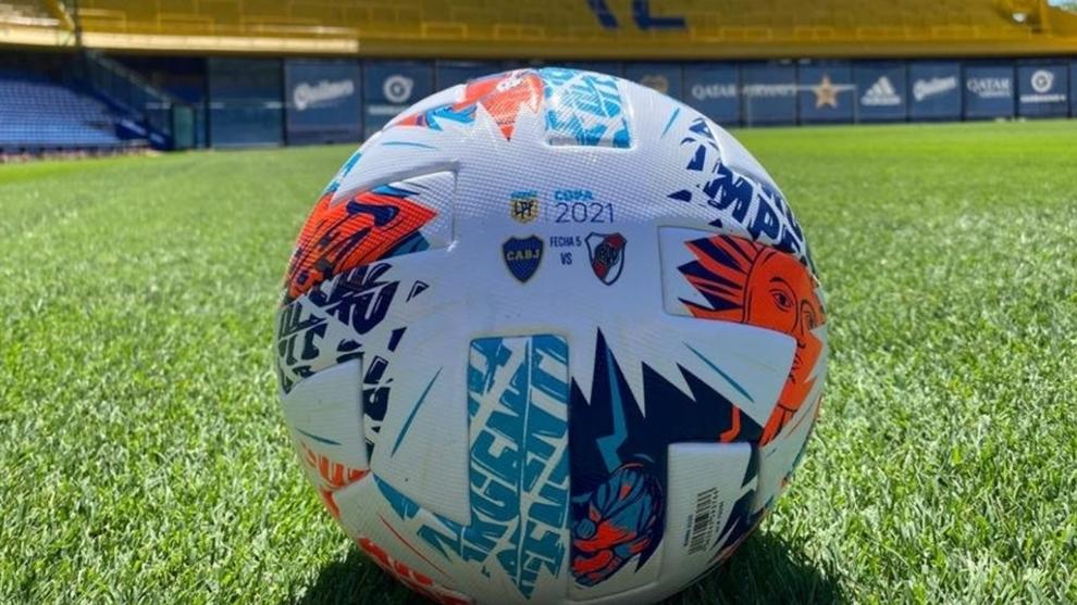 La pelota oficial del Superclásico en La Bombonera.