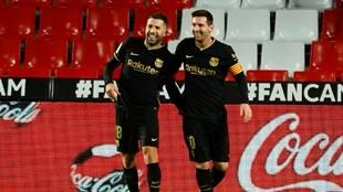 Jordi Alba festeja un gol con Leo Messi