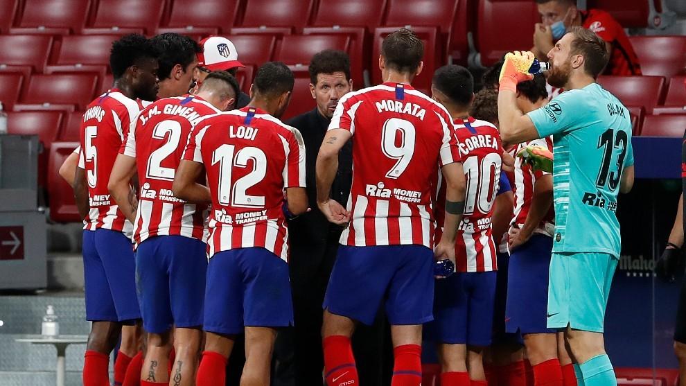 Los jugadores del Atlético de Madrid durante la reglamentaria pausa...