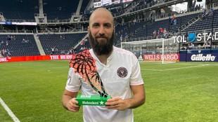 Gonzalo Higuaín recibió el trofeo al mejor jugador del partido.