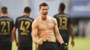 Lewandowski celebra el gol del Bayern con el Augsburgo.