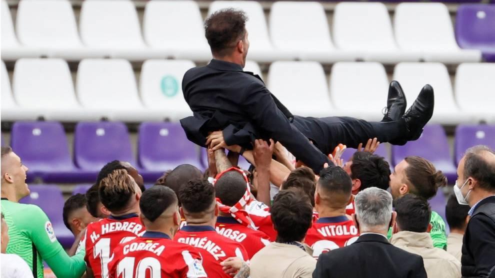 El Cholo Simeone es manteado por sus jugadores tras ganar el título...