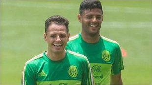 Chicharito Hernández y Carlos Vela, en un entrenamiento con la...