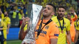 El meta argentino Rulli con el trofeo