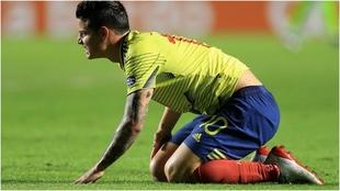 James se queja de un golpe en un partido de la Selección de Colombia.