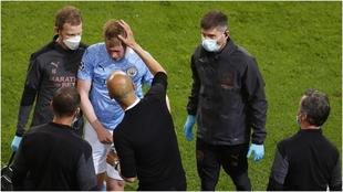 Guardiola observa a De Bruyne tras reemplazarlo.