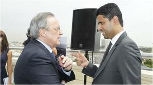 Florentino Pérez y Nasser al Khelaifi dialogan durante un encuentro.