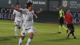 Colón aplasta a Independiente y jugará la definición ante Racing