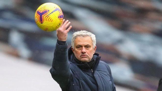 Mourinho lanza una pelota durante un partido.