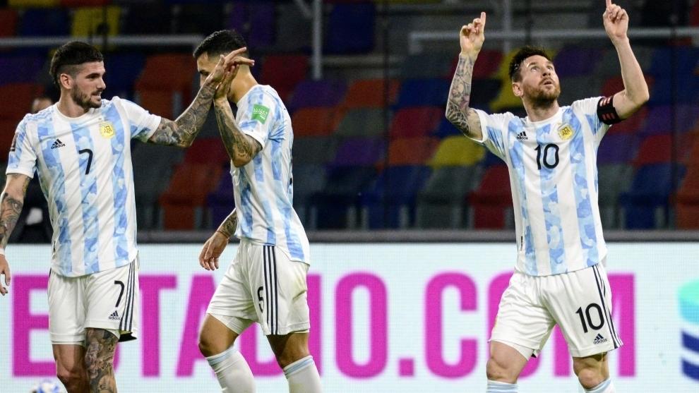 Messi celebra su gol ante Chile, detrás De Paul y Paredes.