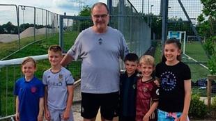 Marcelo Bielsa y los niños del Leeds.