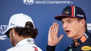 Verstappen le habla a Hamilton en una carrera de Fórmula 1.