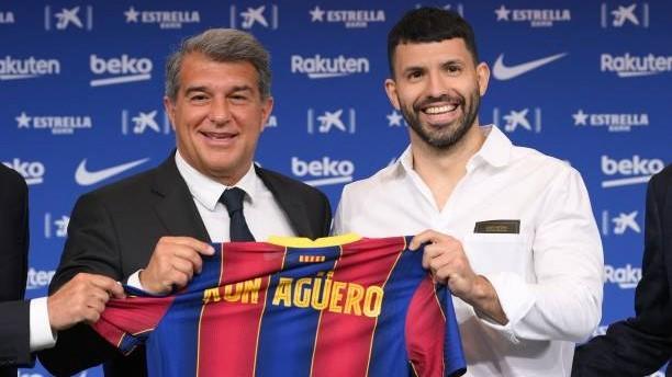 Sergio Agüero (33) junto a Joan Laporta (58) el día de su...