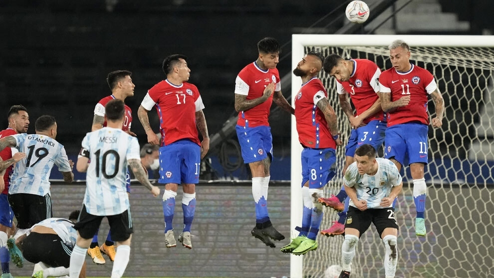 El momento en que el tiro de Messi pasa la barrera y va directo a la...