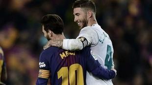 Sergio Ramos y Leo Messi, durante un Clásico.