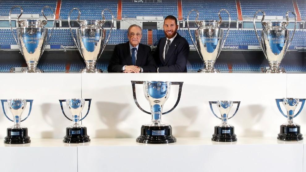 Sergio Ramos posa con Florentino con todos sus títulos ganados como...