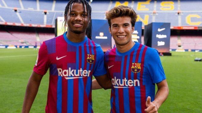 Riqui Puig, junto a Ansu Fati en la presentación de la nueva camiseta...