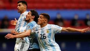 Nahuel Molina en la victoria contra Uruguay