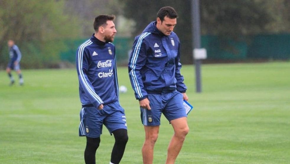 Messi y Scaloni durante un entrenamiento.