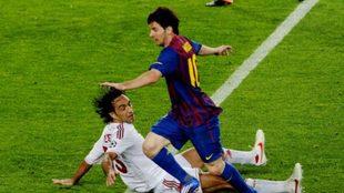 Messi deja en el suelo a Nesta en un Barcelona-Milan.