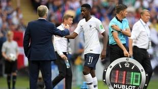 Deschamps saluda a Dembélé en un partido con Francia.