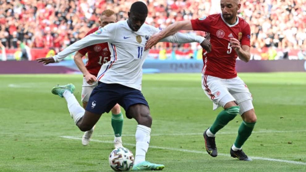 Ousmane Dembélé (24) intenta golpear al balón en un partido con su selección en la Eurocopa.