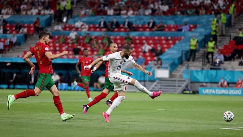 Benzema (33) anota su segundo gol frente a Portugal.