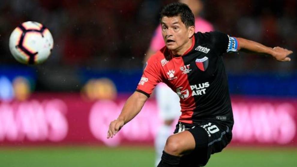 El ?pulga' Rodríguez (36) golpea el balón en un partido con Colón.